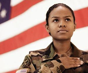 Una veterana frente a una bandera de los EE. UU.