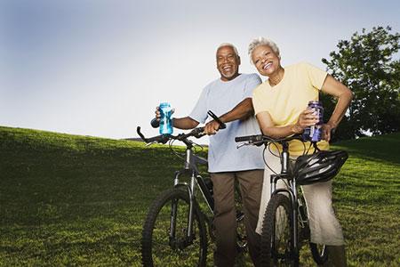 Una pareja mayor andando en bicicleta.