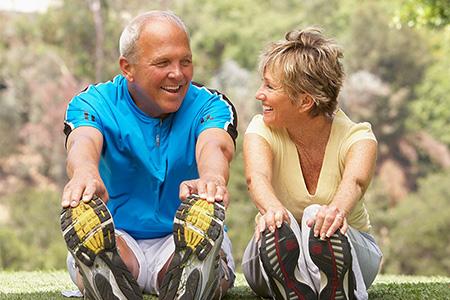 Un hombre y una mujer haciendo ejercicio juntos
