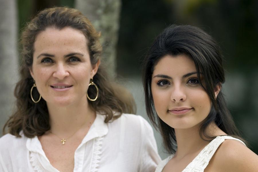 Dos mujeres paradas juntas