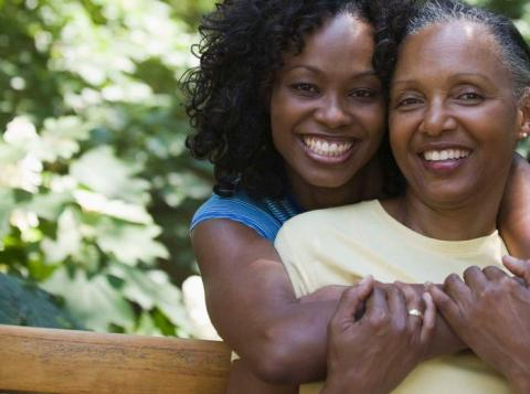 Dos mujeres sonriendo y abrazándose